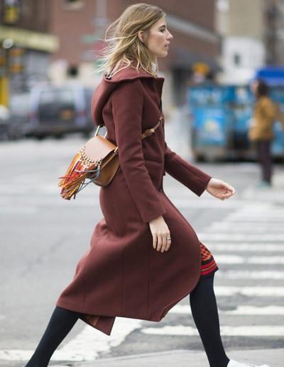 国外街拍时尚博主肩搭配hudson chloe流苏包凹造型