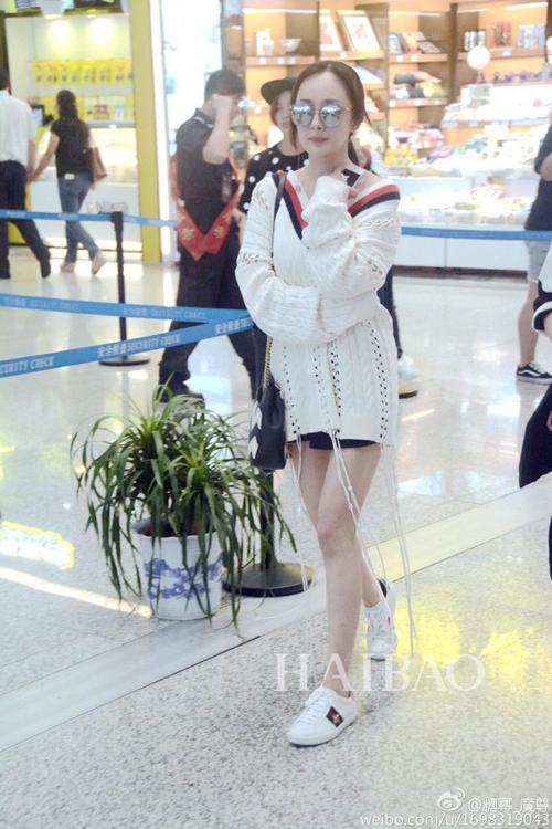身穿白色流苏款gucci女装上衣,搭配黑白配gucci链条包-杨幂八月最