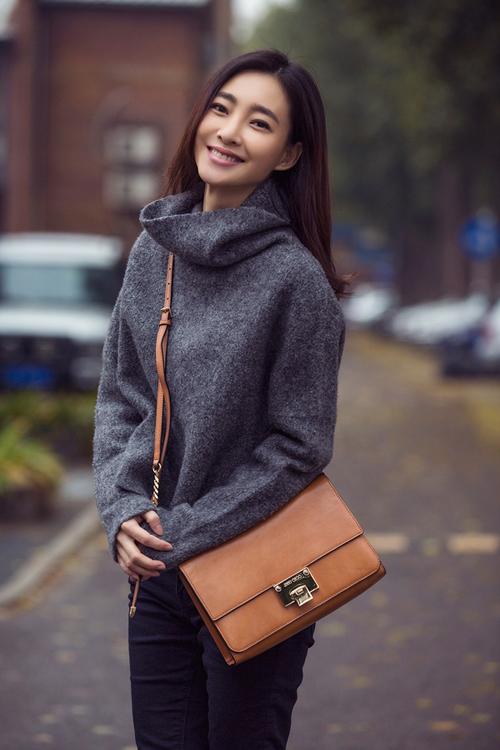 王丽坤秋季穿衣私服,深灰色针织衫牛仔裤搭配驼色