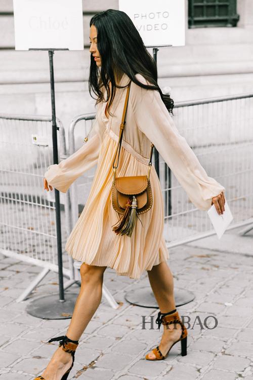 首页 奢侈品街拍示范  刺绣亮片图案gucci酒神包 2017春夏巴黎时装周