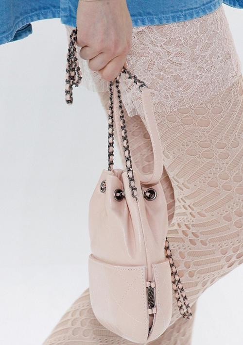 粉嫩色蕾丝花纹裙袜还有时髦可爱的香奈儿水桶包