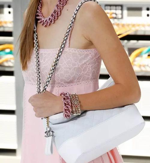 粉嫩色蕾丝花纹裙搭配简约休闲款白色链条包