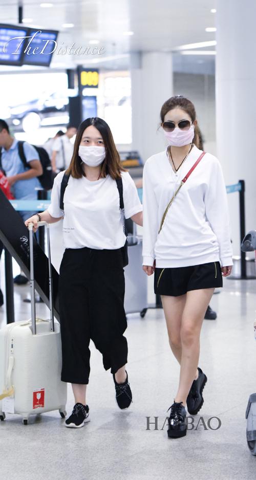 赵丽颖可爱style 2016夏季机场街拍看点,这身造型好率性,肩背时髦可爱
