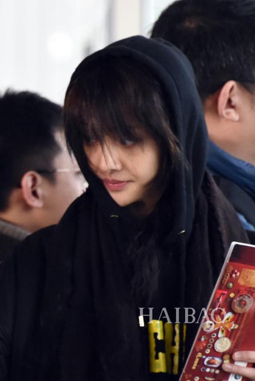 郑爽冬季最新机场街拍私服,穿黑色羽绒服大衣搭配新款lv包与围巾