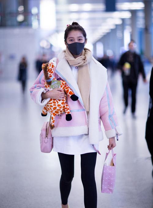 关晓彤冬季街拍私服 穿着粉嫩背gucci链条包