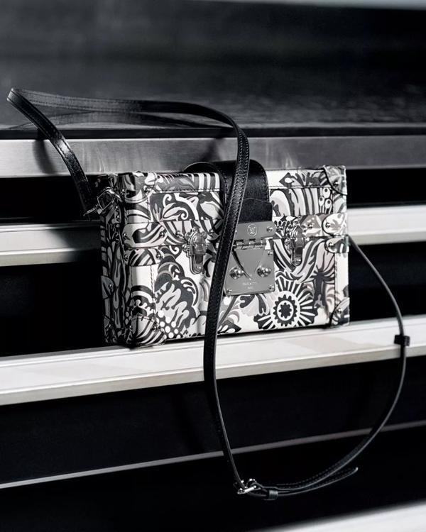 同类手袋中,黑白相间的这款设计也很好看,日式风格的个性图案,时尚