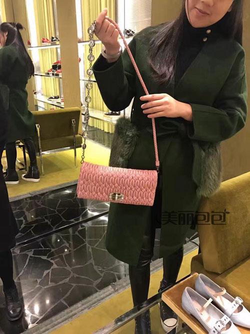 miumiu这些少女心的水晶链条包 真是太迷人了!