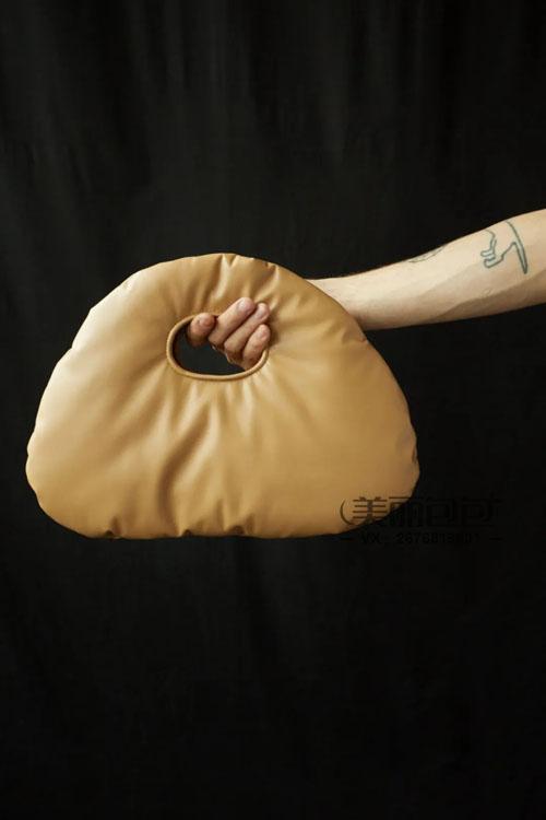 明星造型师秋冬季街拍 爱背BV 罗意威和普拉达这些品牌的包包