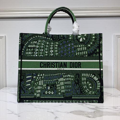 大玩刺绣花纹的book tote迪奥购物袋 你喜欢哪一款?