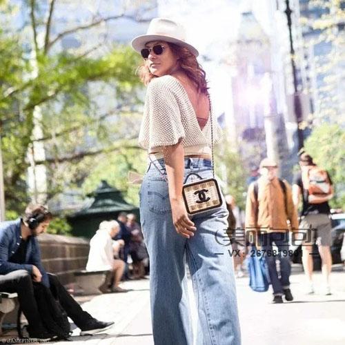为何搭配香奈儿化妆包的女人 个个都是高颜值?