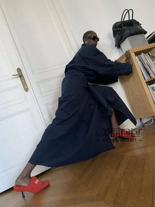 巴黎世家沙漏包又出新设计了 明星街拍秀