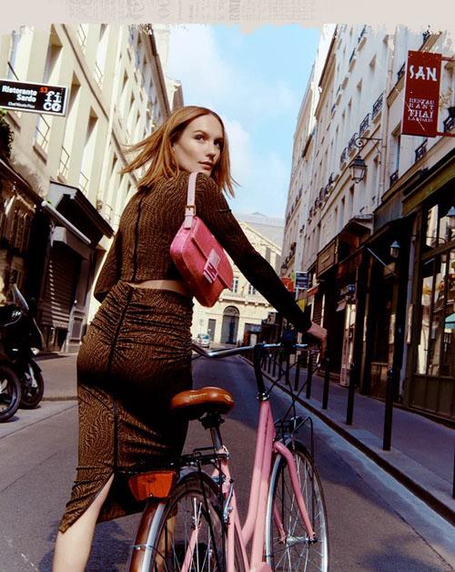 FENDI芬迪九零年代时尚大片 被法棍包新款惊艳到