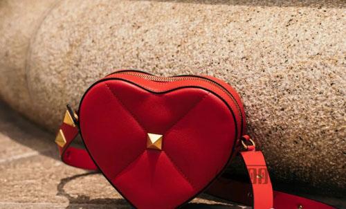 华伦天奴七夕限定款 红色爱心和铆钉撞出爱的火花!
