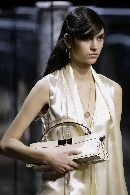包包越修长越时髦?明星街拍大牌瘦瘦包盘点!